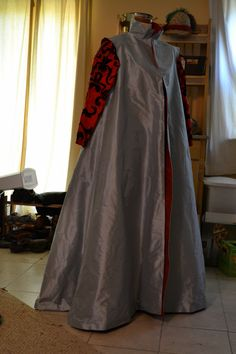 I have seen many loose overgowns or coats, both in portraiture and on costumers. They made me think that it might be nice someday to make a loose gown to wear around camp as lazy garb when I am ju… Renaissance Dresses, Renaissance Fashion, Venetian, Ball Gowns, Jacobean, Costumes, Formal Dresses, Coat, How To Wear