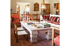 ¿Pondrías estas mesas ratonas en tu casa?  Las texturas nobles están presentes en este living de campo. Se destaca la mesa ratona decapada en blancO.         Foto:Archivo LIVING
