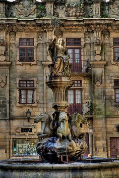 Galicia, Spain Fuente de los caballos-La Fuente de los Caballos es una de las más famosas del casco histórico de la ciudad de Santiago de Compostela. Se encuentra en el centro de la plaza de las Platerías, a escasos metros de la catedral. Es una fuente de estilo italiano, circular, hecha de piedra, tiene una base de cerca de un metro de altura y está rodeada de un escalón. Arriba en la mano de la mujer está la estrella de Compostela.