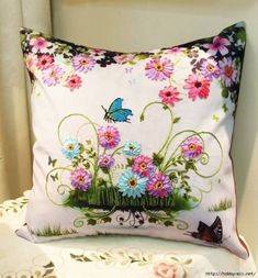 Love the bright and cheerful ribbonwork flowers! Achado na net Cushion Embroidery, Silk Ribbon Embroidery, Embroidery Stitches, Hand Embroidery, Embroidery Designs, Wool Quilts, Brazilian Embroidery, Ribbon Art, Creation Couture