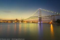 Ponte Hercílio Luz, palco da queima de fogos no Réveillon de Florianópolis, em Santa Catarina, Brasil.  Fotografia: Ricardo Junior / www.ricardojuniorfotografias.com.br