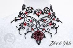 """Collier """"Queen of Roses"""" en perles de verre noirs et cristaux rouge par Selene de Viollet : Collier par selene-de-viollet"""