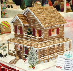 Artwife Needs a Life: Gingerbread Houses at 2012 Festival of Trees Easy Gingerbread House, Graham Cracker Gingerbread House, Gingerbread House Patterns, Gingerbread House Template, Gingerbread Village, Gingerbread Cookies, Graham Cracker House, Ginger House, Candy House