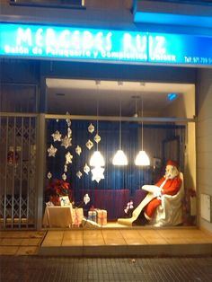 Escaparate de Navidad Papa Noel de Peluquería.