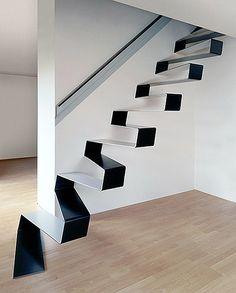 Un escalier d'un trait, d'un même ruban métallique plié, courbé et qui nous emmène à l'étage du dessus et fait son boulot d'escalier.