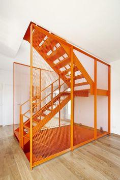 Detaljrik, modern trappa i orange. Arch Interior, Interior Stairs, Interior Design Living Room, Interior And Exterior, Stairs Architecture, Architecture Details, Interior Architecture, Garage Velo, Metal Stairs