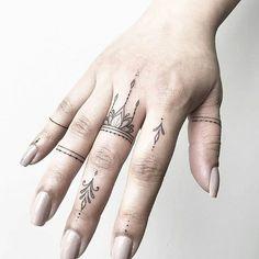Artista: @joannamroman #handtattoo #fingertattoo