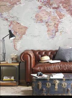 So british, le canapé Chesterfield dans une déco qui invite au voyage entre la carte du monde et la malle prête à partir