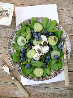 Spinach, cucumber, blueberry salad with greek yogurt dressing. Wedding salad, perhaps? Healthy Salads, Healthy Eating, Healthy Recipes, Fast Recipes, Healthy Smoothies, Delicious Recipes, Blueberry Salad, Do It Yourself Food, Good Food