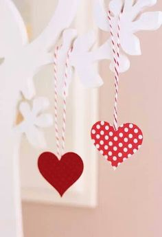 Pequeños corazones de papel.