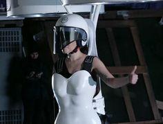 Lady Gaga's flying dress looks like a giant drone, en la búsqueda de llamar la atención...