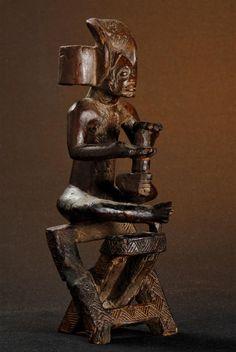 """Statue de chef assis tabouret pliant - Chokwe - Angola 183.jpg - Statue de chef  """"mwanangana"""" assis sur un tabouret pliant - bossard statue chef angola chokwe- Angola 183"""