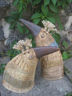 ptačí pár Ptačí pár je vyrobený ze šamotové hlíny,zdobený oxidy a částečně glazovaný. Vypalovaný na 1230°C. Je vhodný do interiéru, ale především do zahrady. Výška těchto ptáků je 45cm a 35cm. Velikost a tvar se při výrobě dalších jedinců muže lišit, každý je originál. Tento ptačí pár jsem darovala manželskému páru ke 40.narozeninám. Zhotovím na ... Clay Birds, Ceramic Birds, Ceramic Animals, Clay Animals, Ceramic Clay, Ceramic Pottery, Pottery Sculpture, Bird Sculpture, Pottery Animals