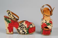 1940 Saks Fifth Avenue platform sandals. 1940s Shoes, Vintage Shoes, Vintage Outfits, Vintage Wardrobe, Vintage Bags, 1940s Fashion, Vintage Fashion, Edwardian Fashion, Emo Fashion