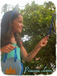 Minha querida afilhada Luna demonstrando o Kit Lembrancinhas Tema Princesas na cor azul!