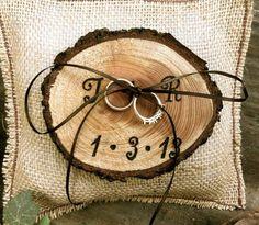 coussin d'alliances en toile de jute et un porte-alliances rondelle de bois