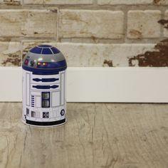 Para los fans de Star Wars más ahorradores llega esta hucha de R2-D2 de Star Wars. Es de metal y tiene la forma del conocido robot de esta famosa saga, que además sacará próximamente la séptima entrega lo que demuestra que la Guerra de las Galaxias está más al día que nunca, los clásicos nunca mueren.  La hucha es redonda de la parte de arriba, imitando la forma de R2-D2 y todo el diseño es completamente fiel al personaje.