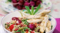 Gebratene Hähnchenstreifen auf Quinoasalat | http://eatsmarter.de/rezepte/gebratene-haehnchenstreifen-auf-quinoasalat