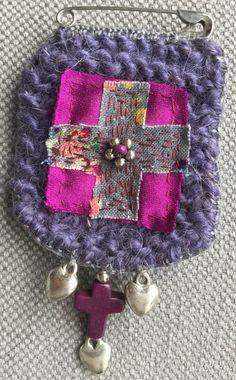 Broche textile porte bonheur violine et violet par VeronikB sur Etsy