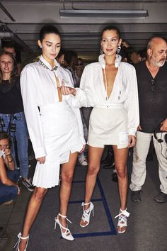 Kendall Jenner and Bella Hadid for Off-White. Couture Fashion, Runway Fashion, Fashion Models, High Fashion, Fashion Show, Fashion Outfits, Fashion Design, Kendall White, Bella Hadid Outfits