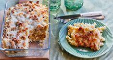 Tejfölös-szalonnás rakott tészta recept   Street Kitchen Lasagna, Macaroni And Cheese, Bacon, Food And Drink, Ethnic Recipes, Mac And Cheese, Pork Belly, Lasagne