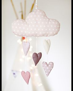 Liebevoll handgearbeitetes Mobile mit einer Wolke und fünf Herzen. Die Wolke und die Herzen sind aus verschiedenen Baumwollstoff genäht und mit Füllwatte gefüllt. Ein besonderes Geschenk zur...