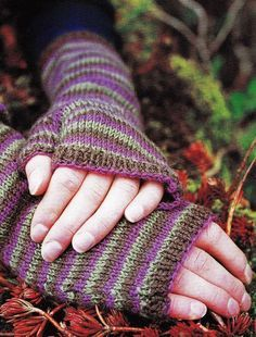 Knitting Patterns Gloves Fingerless Gloves (Free Knitting Pattern) - Craftfoxes This is knitted flat, then seamed up. Fingerless Gloves Knitted, Crochet Gloves, Knit Mittens, Knit Or Crochet, Knitting Patterns Free, Free Knitting, Crochet Patterns, Free Pattern, Wrist Warmers