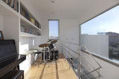 מערכת תופים המשמשת את ילדי המשפחה במבואת הקומה העליונה