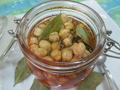 Garbanzos en oliva y condimentos. Ver receta: http://www.mis-recetas.org/recetas/show/71961-garbanzos-en-oliva-y-condimentos