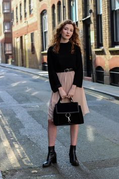 Blogger Summer from The Twins Wardrobe wears Zara midi pleated skirt, Zara city bag and Mango top