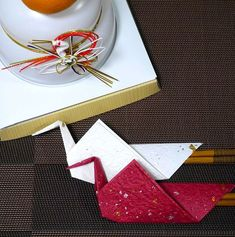 お正月やお誕生日のお祝いなど、ハレの日のテーブルコーディネートにぴったり♪折り紙1枚で作れる鶴のお箸袋をご紹介します!