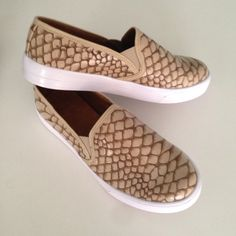 Slip-on cocodrilo beige moda Fashiontrends medelli Colombia zapatos shoestrends