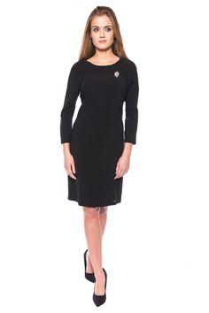 SUKIENKA Z REGLANOWYM RĘKAWEM. Czarna sukienka wykonana z eleganckiej tkaniny. Nowoczesna forma z reglanowym rękawem i dużą ilością cieć. Model wyszczuplający figurę zapinany z tyłu na zamek. Klasyka w pełnym wydaniu. Proponujemy nosić z długim naszyjnikiem. Wyprodukowano w Polsce.