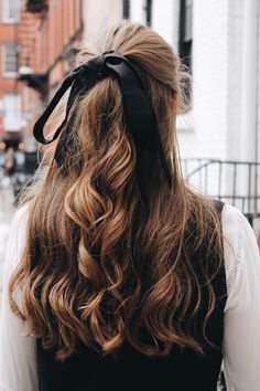 Hair Ribbons Are Underrated NYC Winter Street Style - Vintage Jeans, Haarband, Stiefeletten [www. Hair Loop, Hair Ribbons, Pretty Hairstyles, Easy Hairstyles, Layered Hairstyles, Latest Hairstyles, Gossip Girl Hairstyles, Hairstyles Videos, Fashion Hairstyles