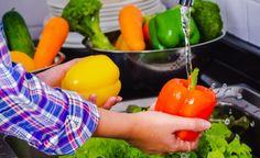 Πώς θα παίρνετε περισσότερες βιταμίνες από τις τροφές σας Το ότι τρώτε τα σωστά φαγητά, δε σημαίνει απαραιτήτως ότι παίρνετε και τις βιταμίνες π... Food Standards Agency, Food Science, Fresh Fruits And Vegetables, Food Safety, Food Containers, Food Packaging, Health And Wellbeing, Food Preparation, No Cook Meals