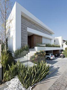 Fachada de casa moderna con sótano