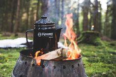 Sieben Uhr morgens, noch leicht benommen, aber glücklich kriechst du aus dem Schlafsack. Der Nebel wabert über die Wiese. Es ist frisch draußen und Zeit. Zeit für einen echten Lagerfeuerkaffee. #lagerfeuer #outdoorküche #petromax #perkomax #perkolator #kaffeekochen #draußenkochen #frühstück