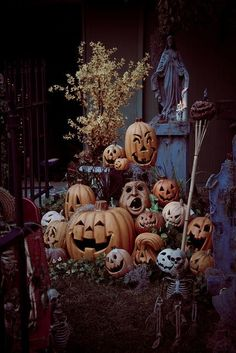 Love the arrangement of jack o'lanterns and the surrounding decor. This could be assembled each year in different ways. Some styrofoam work, a skeleton or two, some hay bails and a little creativity. ;) Happy Halloween!!!