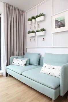 Al doilea dormitor a fost amenajat ca un birou confortabil, putând fi transformat. Spiritul său versatil este subliniat de tabloul din tablă expandată de la Vertigo, pe care se pot atașa temporar obiecte decorative, ușor de demontat la reconfigurări. Canapeaua a fost cumpărată de la IKEA. Foto: Sorin Iacob