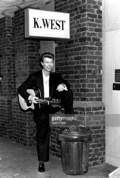 David Bowie poses at the Sound Vision Tour Photo Call held at the Rainbow Theatre ahead of David's 'Sound Vision' tour January 23 1990 in Finsbury. Dr H, David Bowie Pictures, David Bowie Ziggy, Bowie Starman, Aladdin Sane, The Thin White Duke, Ziggy Stardust, David Jones, Playing Guitar