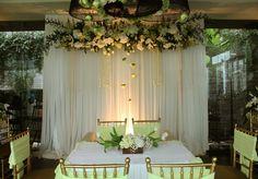 Dekorasi rangkaian bunga border pelaminan dengan kain kurtain, simple dan elegant
