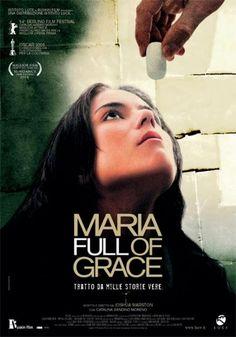"""""""Maria Full Of Grace"""" già dal titolo e dalla locandina gioca sull'equivoco. Piena di grazia, un'ostia che in realtà è un ovulo di cocaina, l'innocenza di una minorenne colombiana che si trasforma in un dramma incontrollabile, la ricerca della libertà attraverso la via più rischiosa e dolorosa... che film meraviglioso!"""