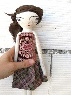 Muñeca bordada a mano con pelo de lino cosido a mano. 28 cm.