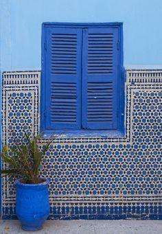 http://www.elegancetiles.com.au/product-range/rak-7305/crystal-royal-blue-300x300/
