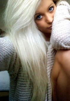 long light blonde hair she is so pretty i want my hair like this :( wish i could pull it off