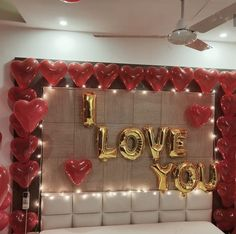 Decorate your room with balloons and letters for the love of your life. Express your love 😍 Birthday Decorations At Home, Anniversary Decorations, Valentine Decorations, Romantic Room Decoration, Romantic Bedroom Decor, Diy Room Decor, Romantic Room Surprise, Romantic Date Night Ideas, I Love You Balloons
