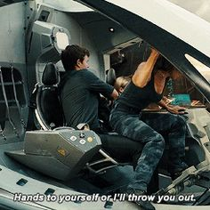 """""""Hands to yourself and I'll throw u out"""" she says that until they start going down then Caleb puts his hands around her to hold her there and she doesn't care Divergent Memes, Divergent Factions, Divergent Fandom, Divergent Trilogy, Tfios, Dauntless Cake, Divergent Theo James, Caleb, Divergent Insurgent Allegiant"""