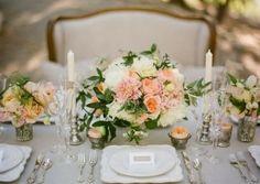 Kerzen und Blumen Akzenten sind kombiniert