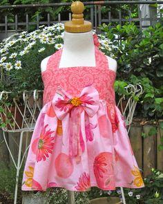 Schöne farbenfrohe Tunika/ Top mit farbenfrohem Blumenmuster, Schleife mit Seidenbändchen ist abnehmbar. 100% Baumwolle. Die Stoffe werden vor de...