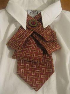 Upcycled corbata collar con un divertido Resumen corbata en tonos magníficos de Borgoña y oro...